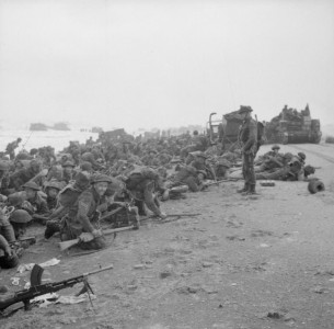 Troops_crouch_down_on_Sword_Beach
